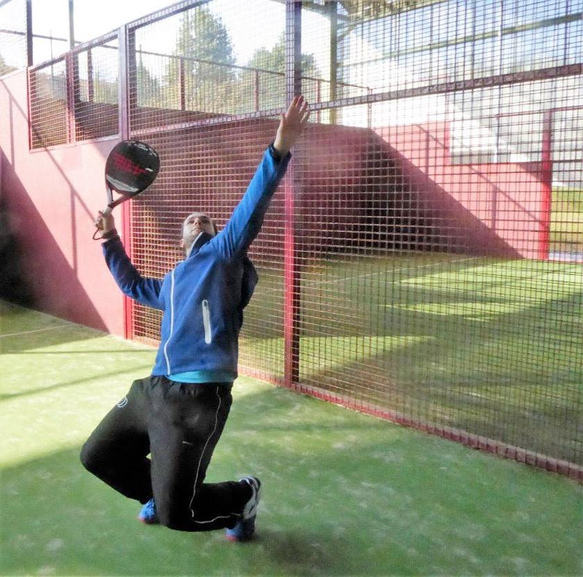Golpes técnicos en pádel: ¿Cómo jugar el golpe sobre la reja en la pista? - foto 1