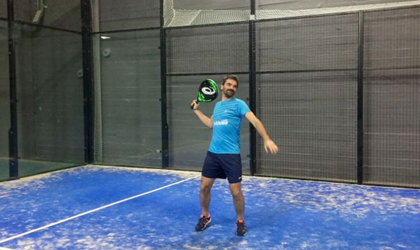Golpes técnicos en pádel: ¿Cómo jugar el golpe sobre la reja en la pista? - foto 2
